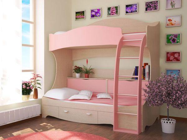 фото голая девушка возле двух яруснай кровати